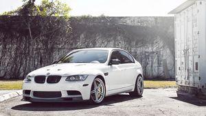 Превью обои bmw, седан, white, wheels, tree, бмв, белый, m3, e90