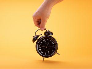 Превью обои будильник, часы, время, рука, желтый