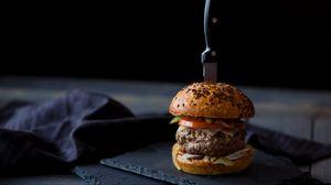 Превью обои бургер, гамбургер, булочки, мясо, нож