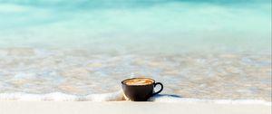 Превью обои чашка, океан, песок, берег, минимализм