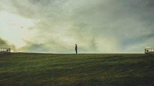 Превью обои человек, горизонт, поле, одиночество, уедиение
