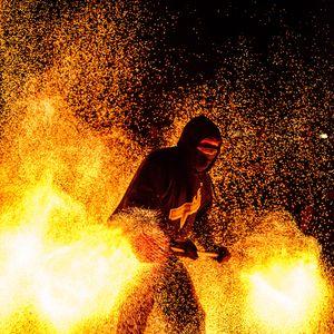 Превью обои человек, маска, огонь, искры, фаер шоу, темный