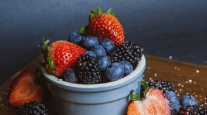 Превью обои черника, клубника, ежевика, ягоды