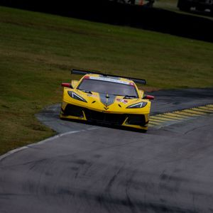 Превью обои chevrolet corvette, chevrolet, автомобиль, желтый, гонка