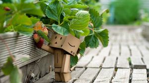 Превью обои danboard, картонный робот, земляника, ягода, трава, прогулка