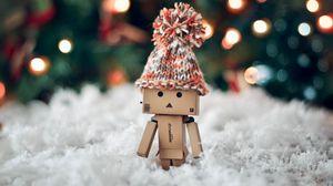 Превью обои danboard, шапка, зима, картонный робот