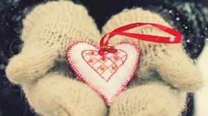 Превью обои день святого валентина, сердце, любовь, варежки, руки