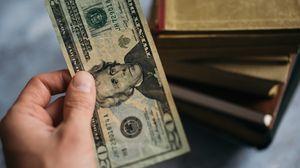 Превью обои деньги, доллары, купюра, рука