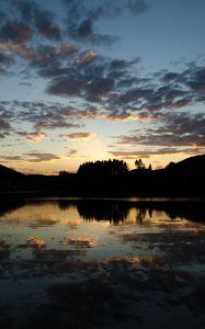 Превью обои деревья, силуэты, озеро, отражение, пейзаж, темный