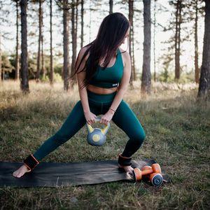Превью обои девушка, гиря, фитнес, спорт, природа