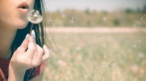Превью обои девушка, губы, одуванчик, дыхание, трава