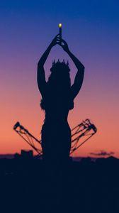 Превью обои девушка, силуэт, королева, корона, свеча, сумерки, темный