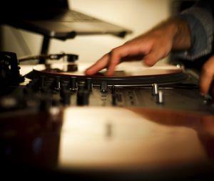 Превью обои диджей, винил, оборудование, руки, музыка