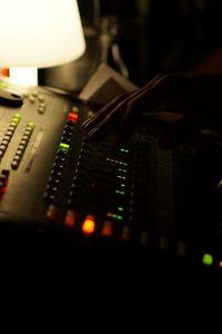 Превью обои диджейский пульт, диджей, рука, оборудование, музыка, темный