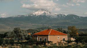 Превью обои дом, горы, облака, пейзаж, загородный