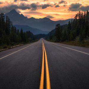 Превью обои дорога, асфальт, разметка, горы, деревья, поворот, джаспер, канада