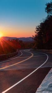 Превью обои дорога, поворот, деревья, лучи, закат
