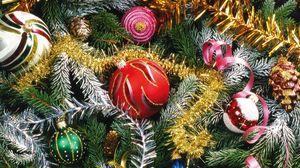 Превью обои елка, хвоя, праздник, елочные игрушки, украшения, мишура