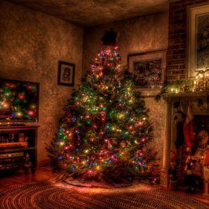 Превью обои елка, рождество, праздник, гирлянды, камин, игрушки, чулки