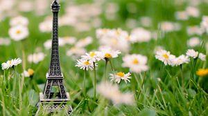 Превью обои эйфелева башня, трава, брелок, цветы