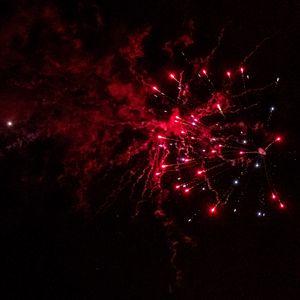 Превью обои фейерверк, искры, дым, красный, темный, ночь