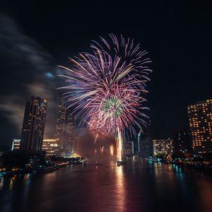 Превью обои фейерверк, взрывы, искры, город, вода, праздник