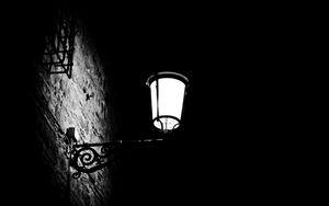 Превью обои фонарь, свет, темнота, черно-белый, черный