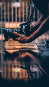 Превью обои фотоаппарат, фотограф, руки, хобби