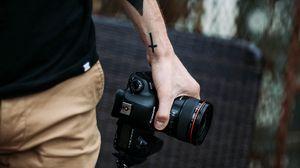 Превью обои фотоаппарат, рука, татуировки, фотограф