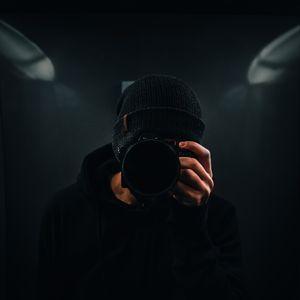 Превью обои фотограф, фотоаппарат, темный, черный