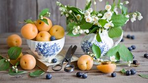 Превью обои фрукты, ягоды, абрикосы, черника, жасмин