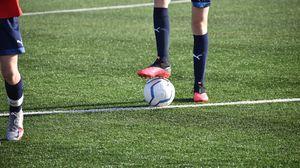 Превью обои футбол, футболист, ноги, мяч, поле