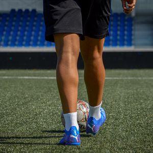 Превью обои футболист, ноги, мяч, поле, футбол, спорт