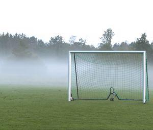 Превью обои футбольные ворота, поле, футбол, туман, деревья, мгла
