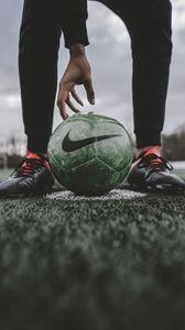 Превью обои футбольный мяч, мяч, футбол, футболист, газон
