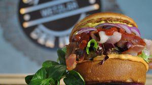 Превью обои гамбургер, бекон, мясо, булочки, овощи