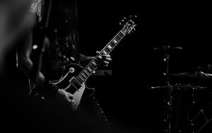 Превью обои гитара, гитарист, чб, музыкант