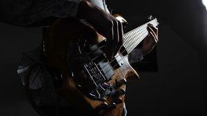 Превью обои гитара, гитарист, музыкальный инструмент, струны, бас гитара, темный