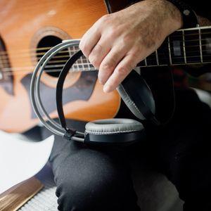 Превью обои гитара, гитарист, наушники, музыка