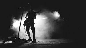 Превью обои гитарист, музыкант, концерт, микрофон, выступление, дым, черное и белое