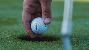Превью обои гольф, мяч, рука, трава, спорт