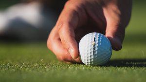 Превью обои гольф, мяч, рука, пальцы, трава, спорт