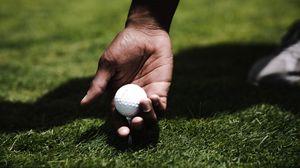 Превью обои гольф, рука, мяч, газон