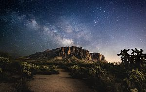 Превью обои гора, ночь, звезды, звездное небо, темный, пейзаж