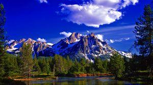 Превью обои гора, пик, вершина, лес, лето, озеро, день, пейзаж