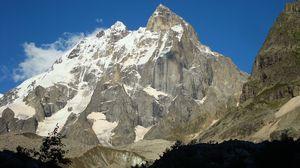 Превью обои гора, пик, вершина, серая, свет, тень, снег, солнечно