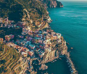 Превью обои город, скалы, горы, море, манарола, италия