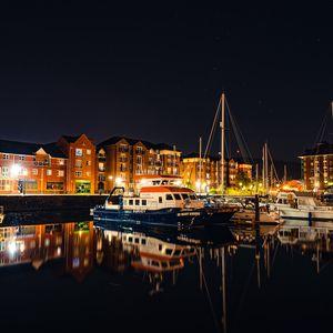 Превью обои город, здания, лодки, пристань, ночь, темный