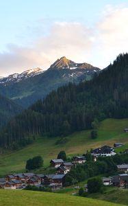 Превью обои горы, лес, домики, деревня, пейзаж