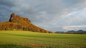 Превью обои горы, равнина, тучи, трава, зеленый, деревья, тень